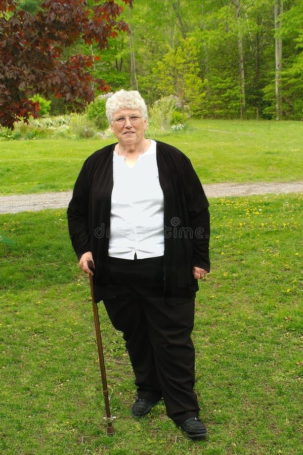Großmutter mit Stock stockfotografie