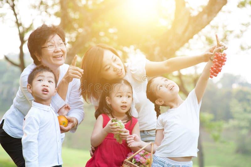 Großmutter, Mutter und Kinder an draußen stockfotografie