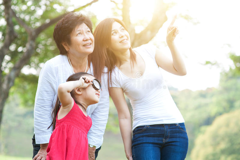 Großmutter-, Mutter- und Tochtererforschung im Freien lizenzfreie stockfotografie