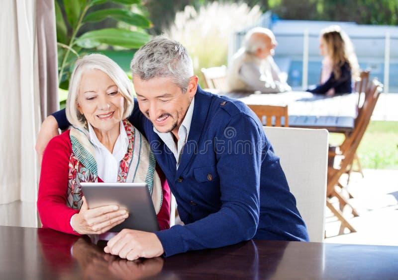 Großmutter und Enkel, der Digital-Tablet an verwendet lizenzfreies stockbild