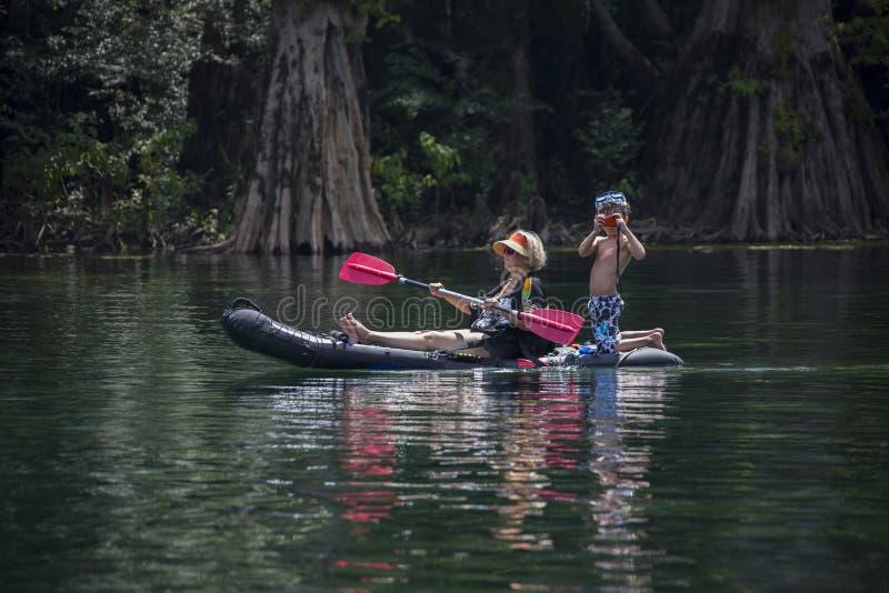 Großmutter und Enkel - Kayak fahrende Morrison-Frühlinge stockbilder