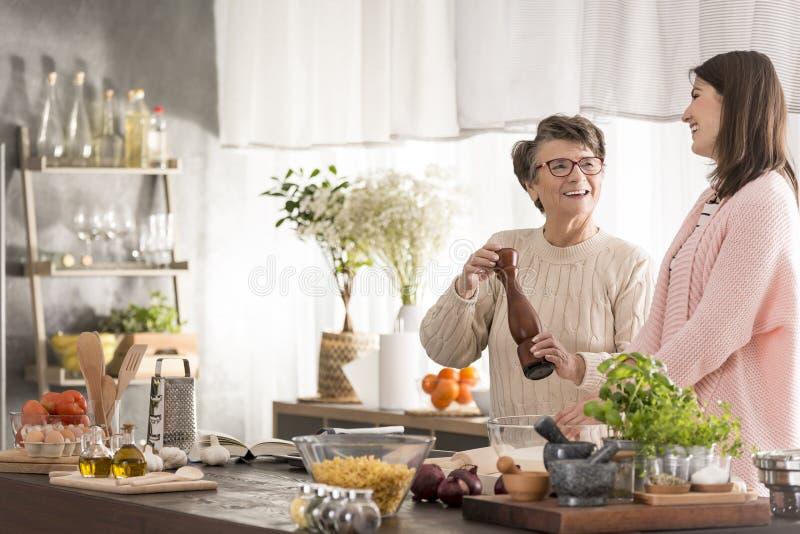 Großmutter und Enkelin in der Küche stockfotos