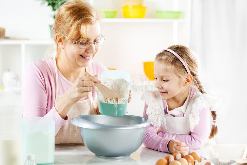 Großmutter und Enkelin, die Teig machen stockfotos