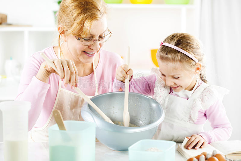 Großmutter und Enkelin in einer Küche. lizenzfreie stockfotografie