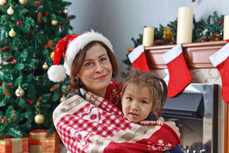 Großmutter und Enkelin im Raum mit Weihnachten-decorat stockfoto