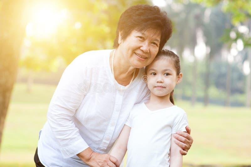 Großmutter- und Enkelinportrait lizenzfreie stockfotografie
