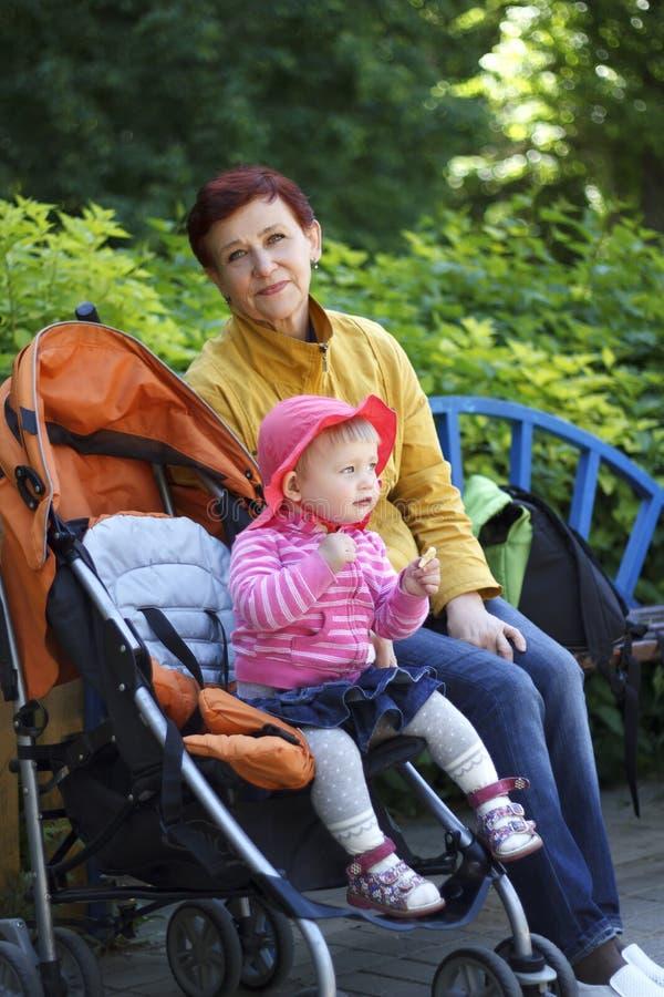 Großmutter- und Enkelinweg im Park lizenzfreie stockfotografie