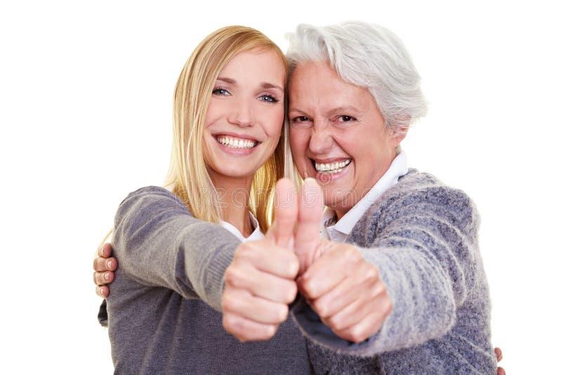 Großmutter- und Enkelkindholding lizenzfreie stockfotos