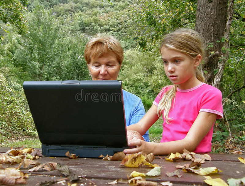 Großmutter und grandaughter mit Laptop stockfoto