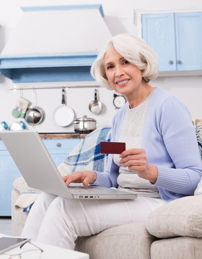 Großmutterbesuchsonline-shop lizenzfreies stockbild