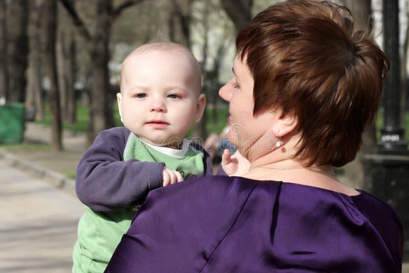 Großmutterholdingkleinkind lizenzfreie stockfotografie