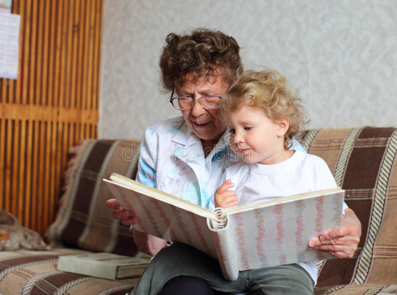 Großmutterlesebuch zur Enkelin stockfotografie