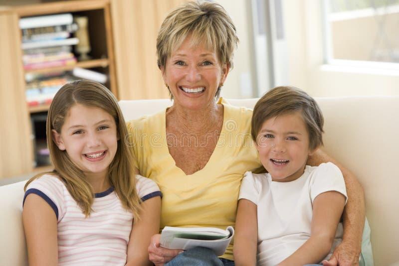 Großmuttermesswert mit Enkelkindern lizenzfreie stockfotos