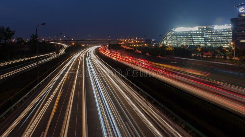 Großstadtstraßen-Nachtszene, Nachtauto-Regenbogenlicht schleppt stockbild
