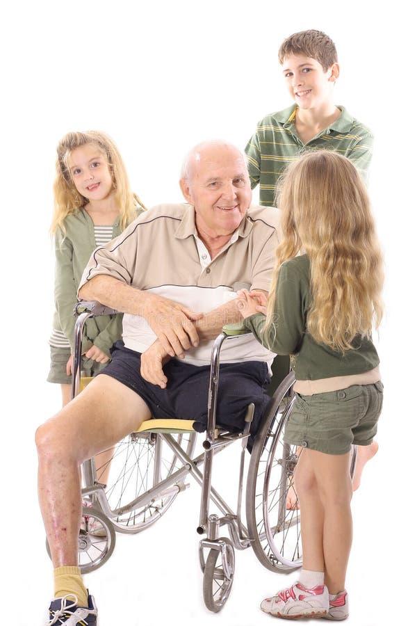 Großvater, der mit seinen Enkelkindern spricht lizenzfreie stockbilder