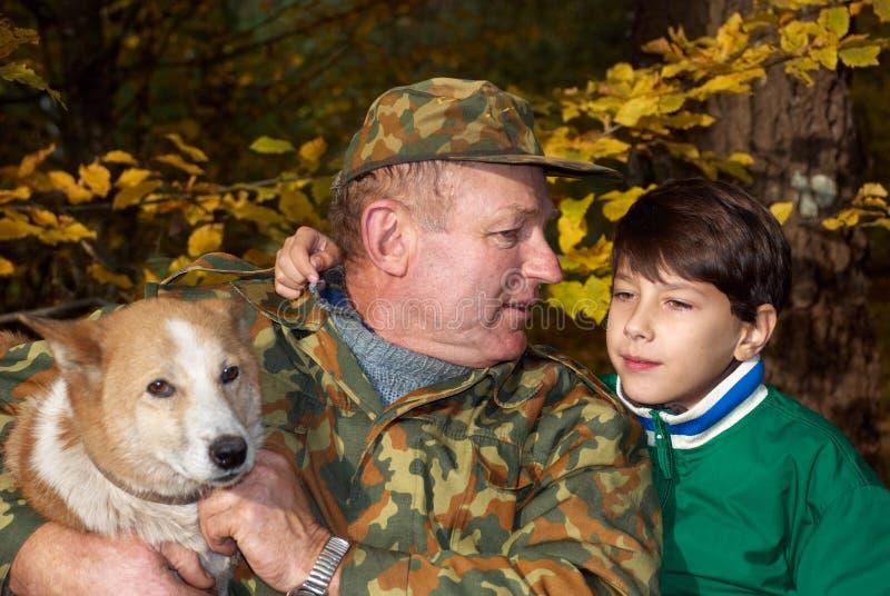 Großvater, Enkel und Hund lizenzfreies stockbild