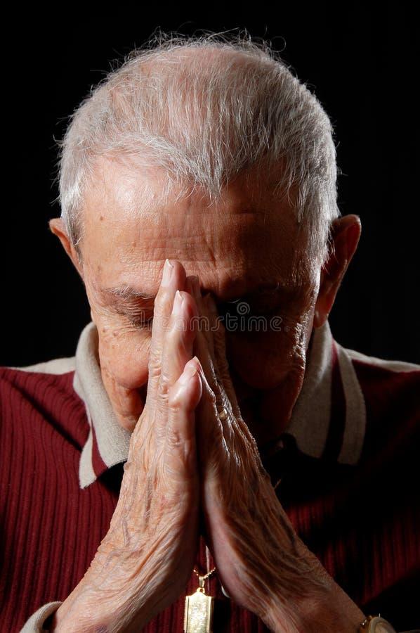Großvater im Gebet lizenzfreie stockfotos