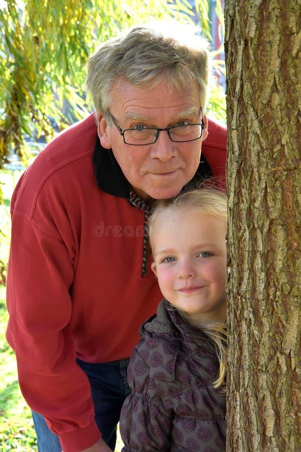 Großvater mit Enkelkind stockbild