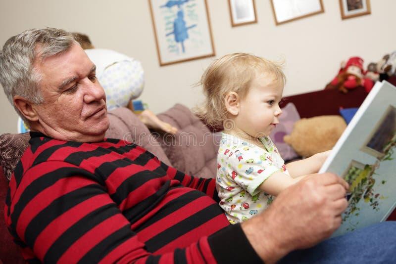 Großvater mit seinem gandson lizenzfreie stockfotos