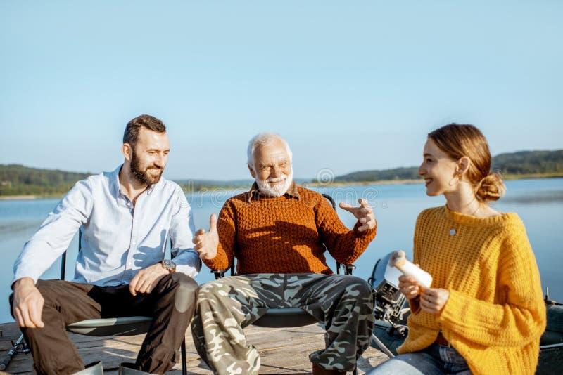 Großvater mit Sohn und Tochter auf dem Picknick stockbilder