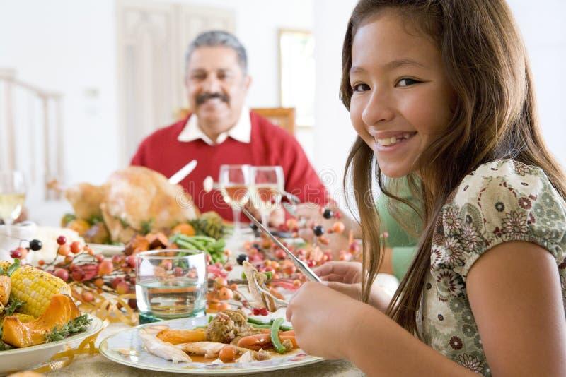 Großvater und Enkelin, die für Abendessen sitzen stockfotos