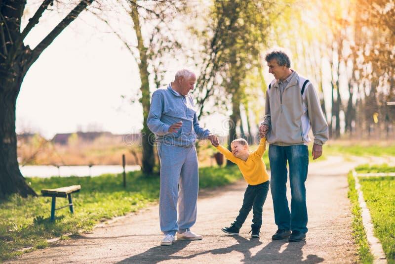 Großvater zwei, der mit dem Enkel geht lizenzfreies stockbild