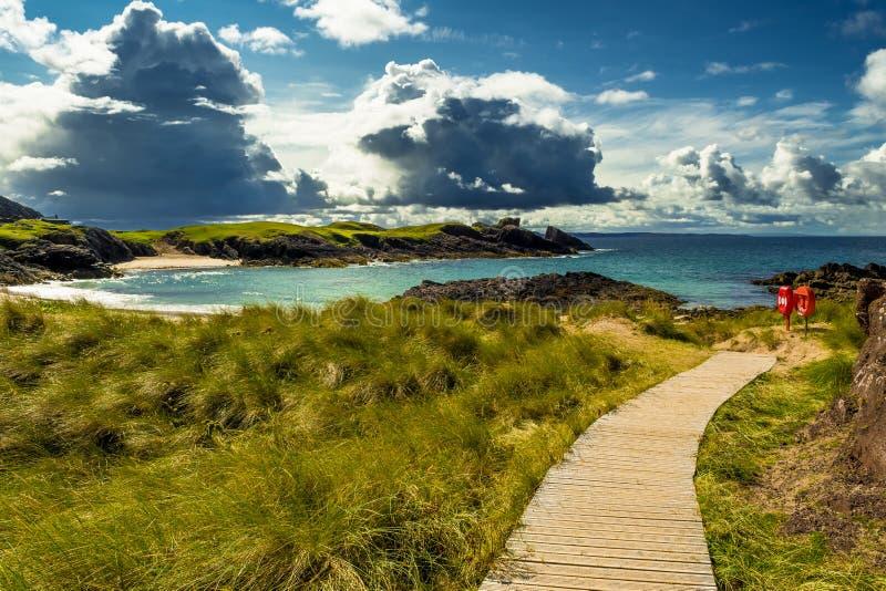 Großartige Sandy Clachtoll Beach And Atlantic-Küste nahe Lochinver in Schottland stockfotografie