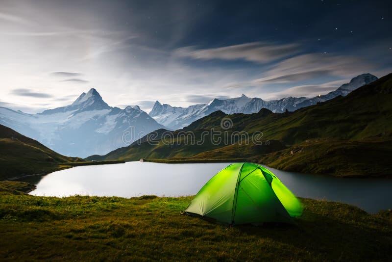 Große Ansicht des Felsens Schreckhorn über Bachalpsee See Schweizer Alpen des Standortplatzes, Grindelwald-Tal, Bernese Oberland, stockfoto