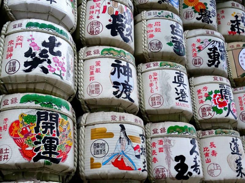 Große Gruppe Grundfässer angezeigt am Mejii-Schrein in Tokyo, Japan stockfoto