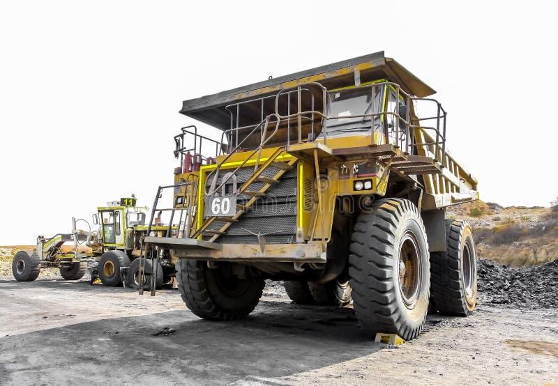 Große Kipplaster, die Kohlenerz für die Verarbeitung transportieren lizenzfreies stockbild