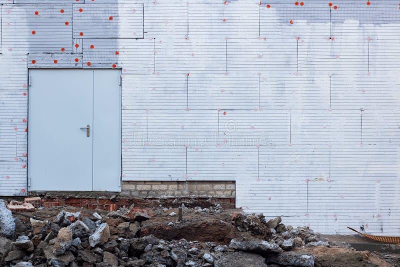 Große Metalltür auf einer neuen errichteten Wand stockbild