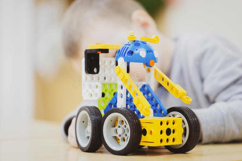Große Spielzeugerbauermaschine ist auf dem Tisch als Geschenk zum Jungen stockfotos