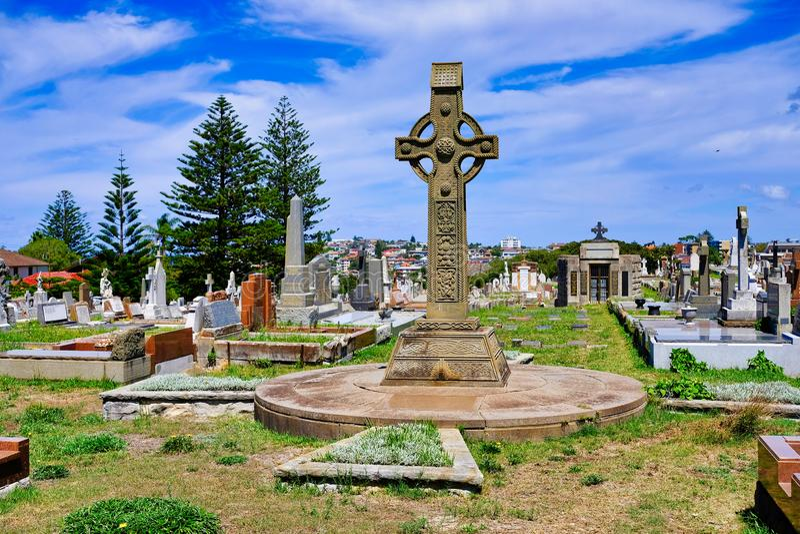 Großer Christian Cross auf altem Kirchhof, Sydney, Australien stockbild