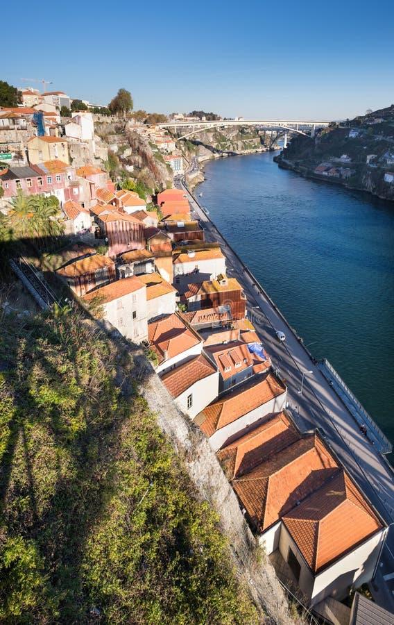 Großer Panoramablick auf Porto-sity und Ribeira-Bezirksdächern von Dom Luis, den ich zur Sonnenuntergangzeit überbrücke stockbild