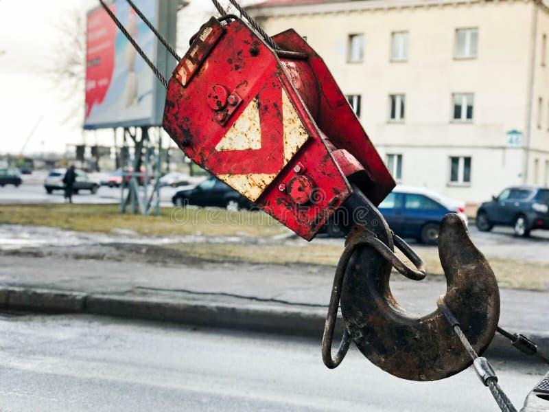 Großer schwarzer und roter Metalleisenhaken für Baukran stockfotografie
