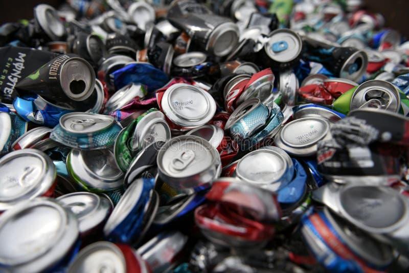Großer Stapel des losen, zerquetschten, leeren, benutzten Aluminiumbieres und der Sodagetränkedosen stockfotos