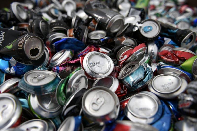 Großer Stapel des weggeworfenen, losen, zerquetschten, leeren, benutzten Aluminiumbieres und der Sodagetränkedosen lizenzfreies stockfoto