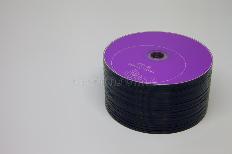 Großer Stapel purpurrote CDscheiben lizenzfreie stockfotografie