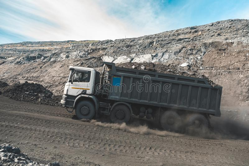 Großer Steinbruchkipplaster Laden des Felsens im Kipper Ladenkohle in Körper-LKW Nützliche Mineralien der Produktion bergbau lizenzfreies stockfoto