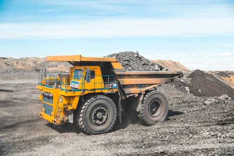 Großer Steinbruchkipplaster Laden des Felsens im Kipper Ladenkohle in Körper-LKW Nützliche Mineralien der Produktion bergbau lizenzfreie stockbilder