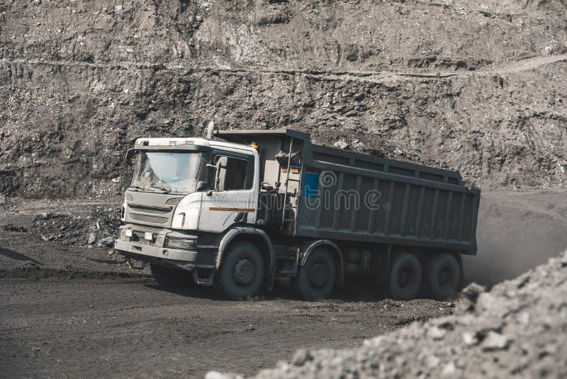 Großer Steinbruchkipplaster Laden des Felsens im Kipper Ladenkohle in Körper-LKW Nützliche Mineralien der Produktion bergbau stockfoto