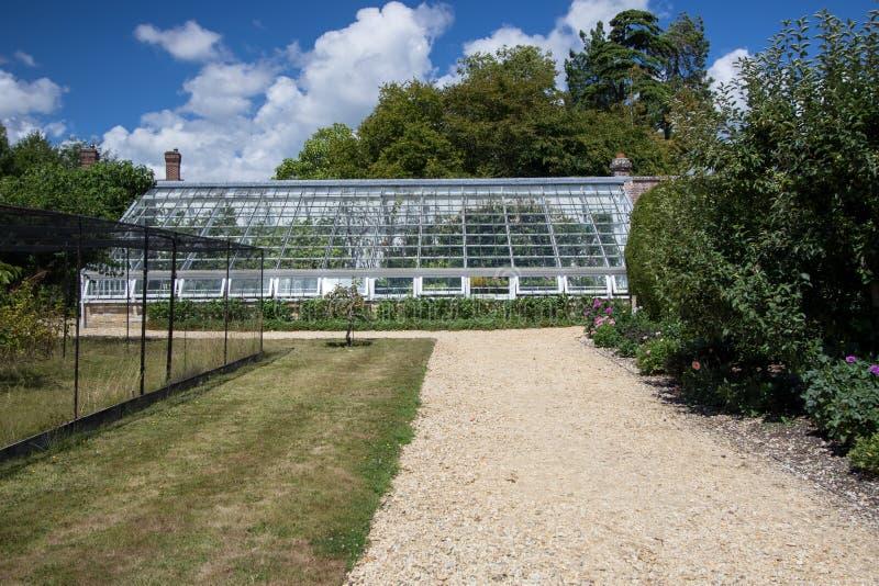Großes angebautes Gewächshaus in einem englischen Landgarten stockfoto