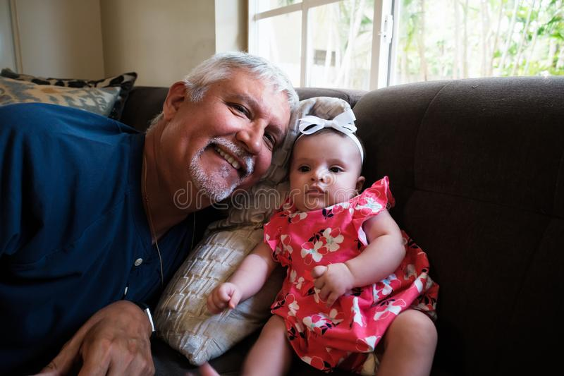 Großvater-und Baby-Enkelin lizenzfreies stockfoto