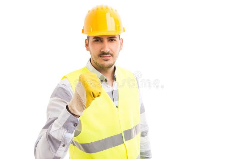 Groźny budowniczy lub pracownik pokazuje pięść obrazy royalty free