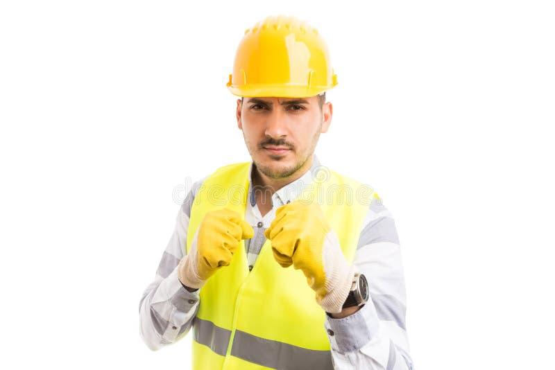 Groźny pracownik pokazuje pięści w agresywnym trybie fotografia stock