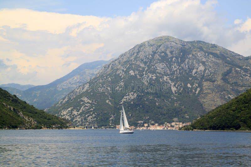 gro?artige Ansichten des Bootes mitten in der Bucht von Kotor stockfotografie
