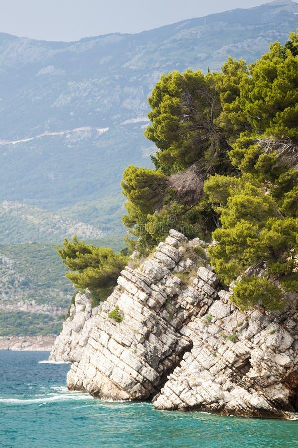 Gro?aufnahme des hervorstehenden Felsens im Meer im Park Milo stockbild