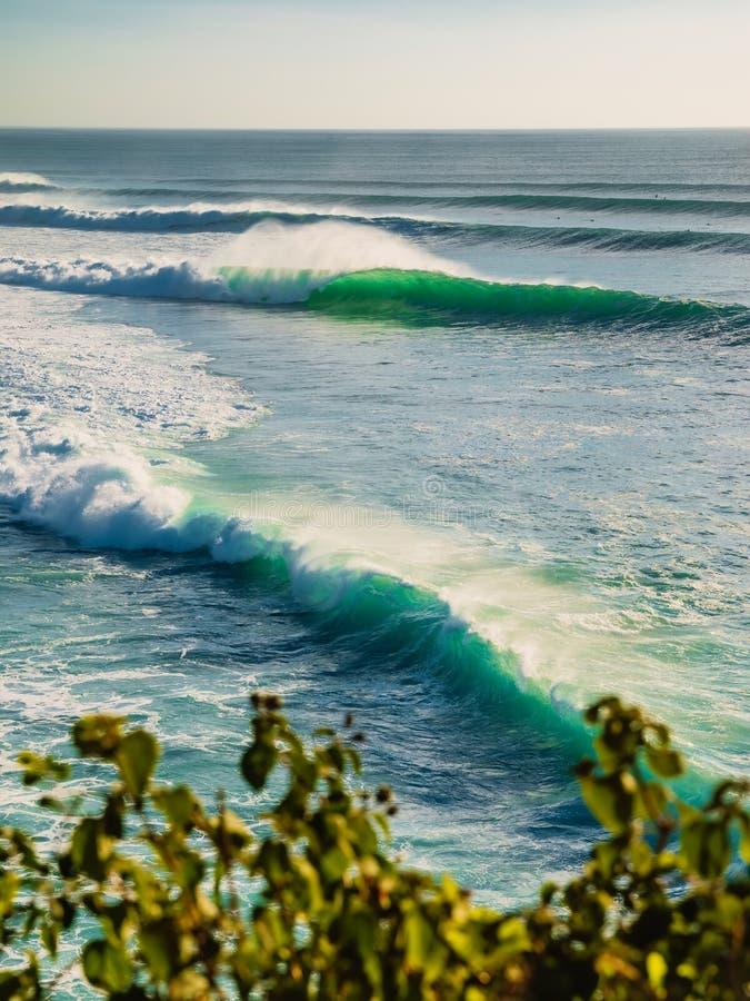 Gro?e Ozeanwellen Vervollkommnen Sie Wellen f?r das Surfen lizenzfreies stockbild