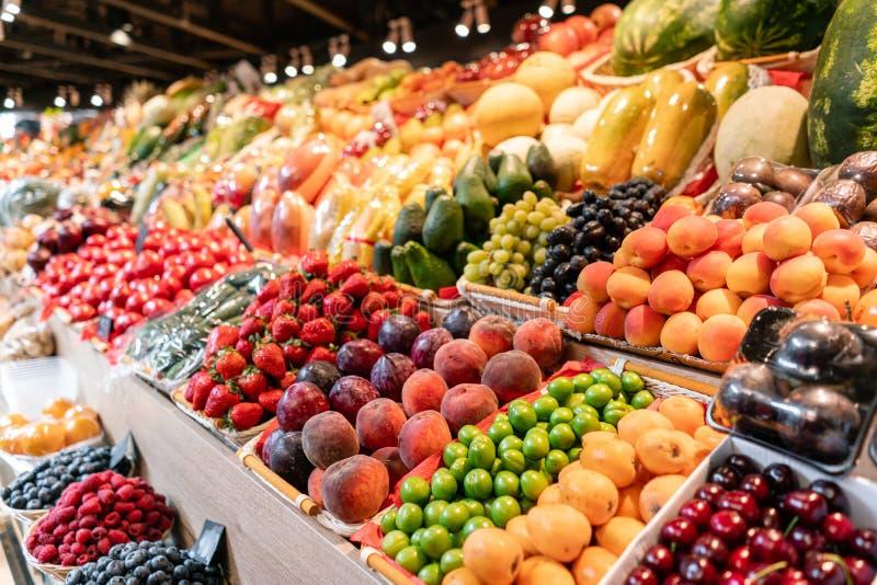 Gro?e Wahl des neuen Obst- und Gem?se Marktes Verschiedene bunte frische Obst und Gem?se Frisch und organisch lizenzfreie stockfotografie