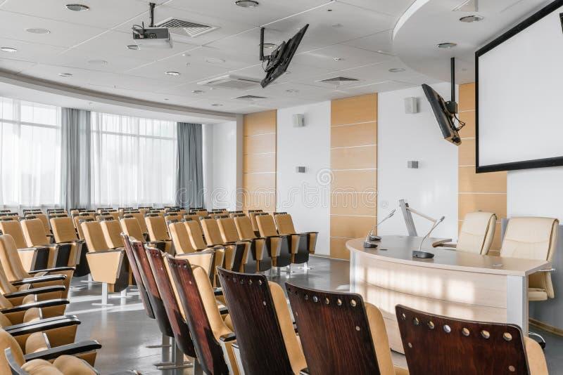 Gro?er leerer moderner Konferenzsaal im Luxushotel Publikum f?r Sprecher an der Gesch?fts-Versammlung und der Darstellung foto stockbild